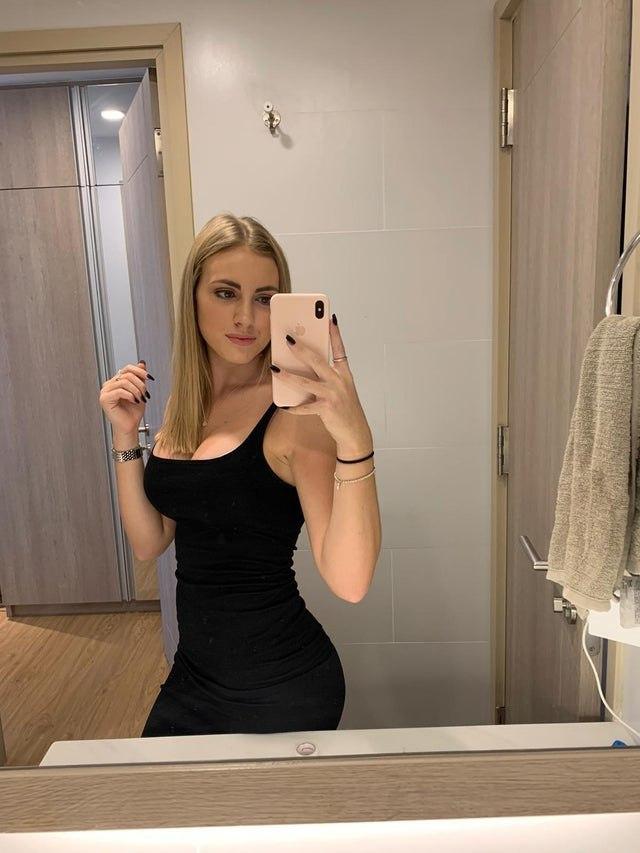 belle blonde selfie